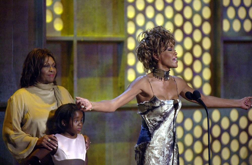 Певица Уитни Хьюстон, ее мать Сисси Хьюстон и ее дочь, Бобби Кристина Браун, 2001 год