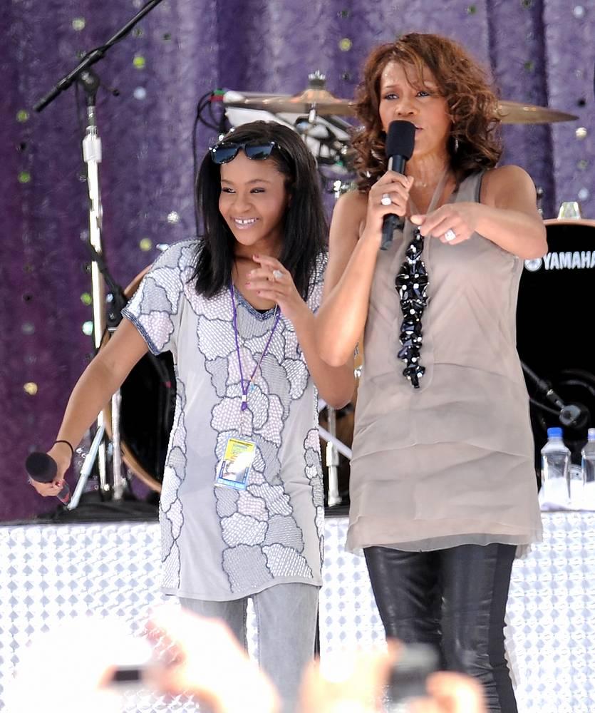 Певица Уитни Хьюстон с дочерью Бобби Кристиной Браун во время выступления в утреннем шоу Good Morning America, в Центральном парке в Нью-Йорк, 2009 год