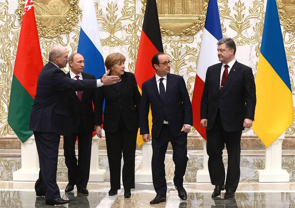 """В середине переговоров """"нормандская четверка"""" вышла к журналистам для официального фотографирования. К ним присоединился Александр Лукашенко"""