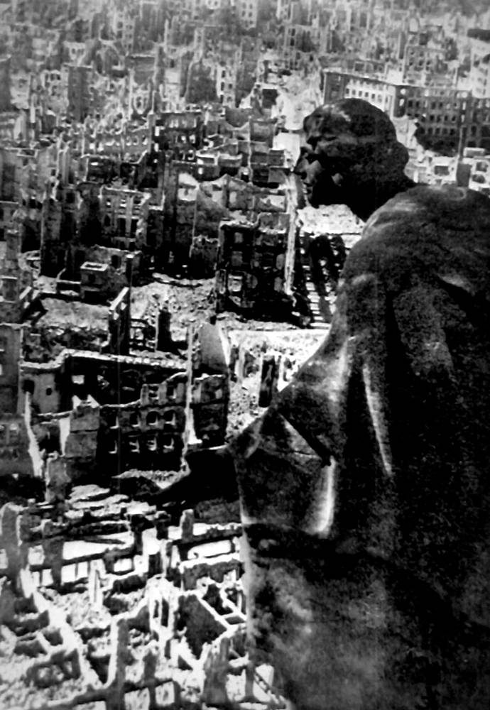 Вид на разрушенный Дрезден с ратушной башни, в 1945 год