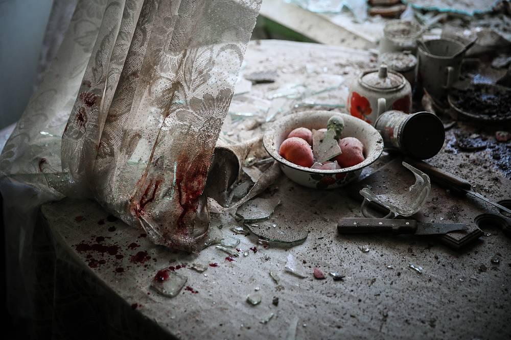 """Первый приз в категории """"Главные новости. Одиночные снимки"""" был присужден российскому фотографу Сергею Ильницкому за снимок """"Кухонный стол после артобстрела"""", сделанный в Донецке"""
