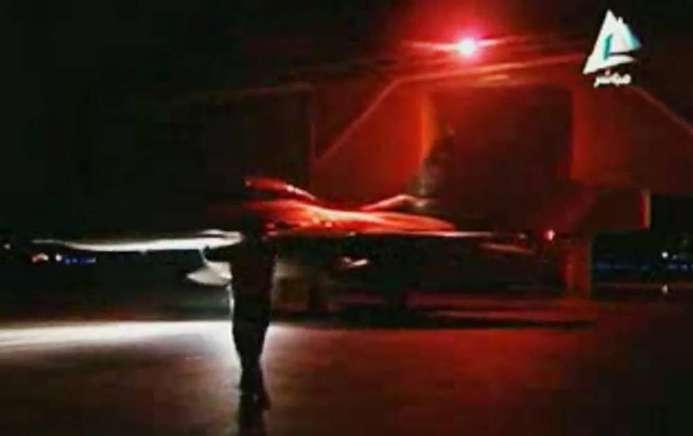 16 февраля самолеты ВВС Египта нанесли на рассвете авиаудары по позициям группировки в Ливии. На фото: проверка блокпоста египетскими солдатами к востоку от Каира