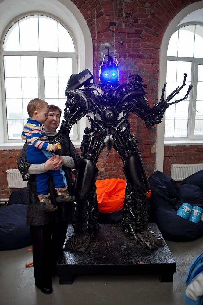 На руках у бабушки даже самый страшный робот не страшен