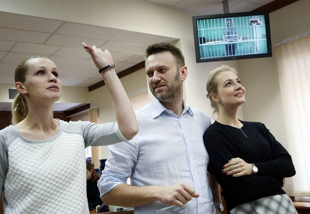 Супруга Олега Навального Виктория, Алексей Навальный и его супруга Юлия (слева направо) в Мосгорсуде
