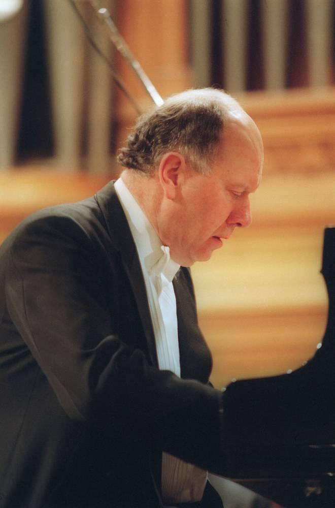 Британский пианист Джон Лилл разделил премию с советским пианистом Владимиром Крайневым в 1970 году. После победы на конкурсе выступал с ведущими мировыми оркестрами. Командор ордена Британской империи (2005)