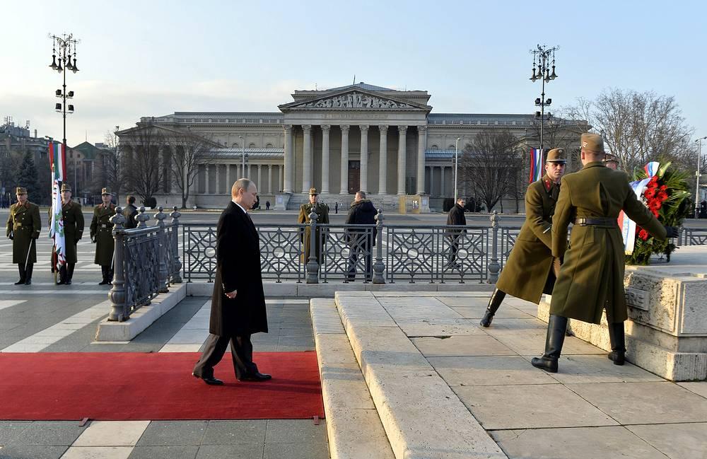 Возложение венка к монументу 1000-летия Венгрии на Площади Героев в Будапеште