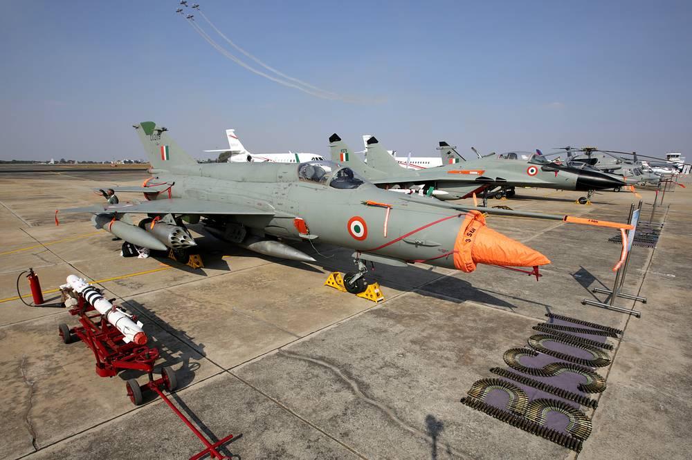 """Самолеты марки """"МиГ"""" ВВС Индии. На переднем плане """"дедушка"""" индийской боевой реактивной авиации - истребитель МиГ-21"""