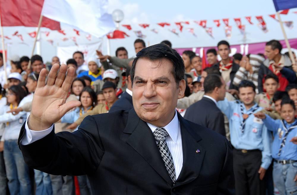 """В январе 2011 года президент Туниса Зин аль-Абидин бен Али, занимавший этот пост с 1987 года, бежал в Саудовскую Аравию. Впоследствии в Тунисе он заочно был приговорен к пожизненному заключению по обвинению в причастности к убийству участников """"революции 14 января"""". Саудовская Аравия отказывается экстрадировать его на родину. На фото: президент Туниса Зин аль-Абидин бен Али приветствует сторонников, 7 ноября 2007 года"""
