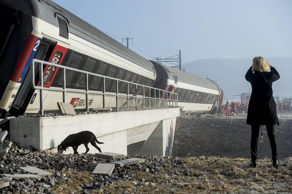 С ним столкнулся со стороны хвоста состава двигавшийся на большой скорости экспресс InterRegio из Цюриха. Цюрихский поезд сошел с рельсов