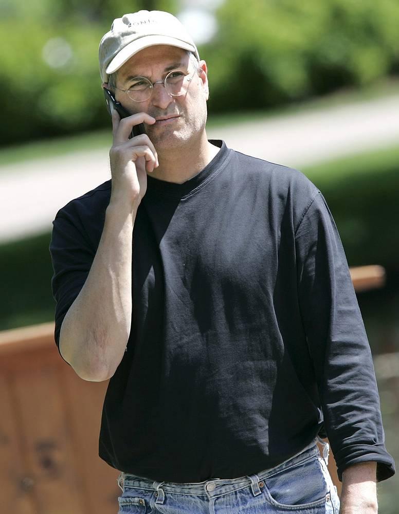 В 2004 году Джобс объявил, что у него обнаружена злокачественная опухоль поджелудочной железы, перенес несколько операций, однако продолжал работать. На фото: глава компании Apple Стив Джобс, 2005 год