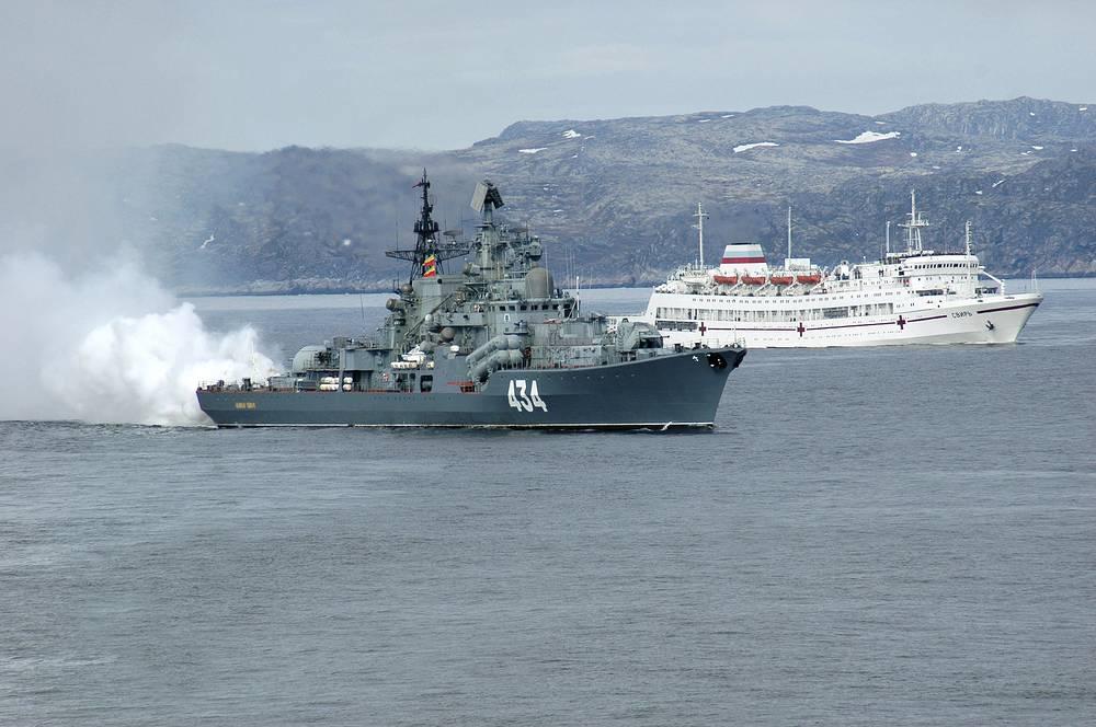 """Эсминец """"Адмирал Ушаков"""" и госпитальное судно """"Свирь"""" Северного флота"""