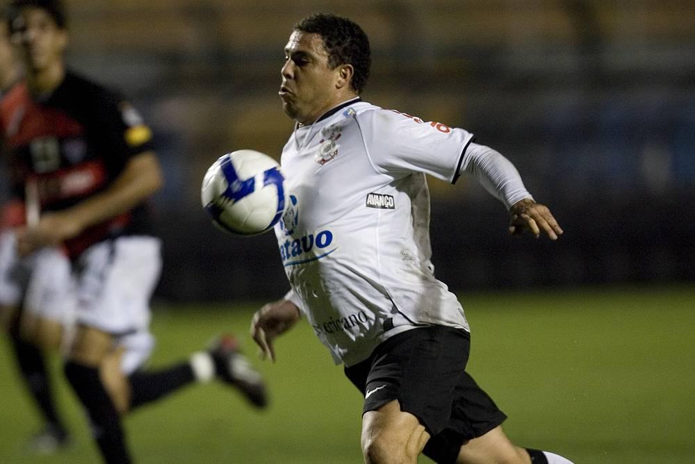"""В декабре 2008 года """"Феномен"""" подписал контракт с """"Коринтиансом"""". Он долго восстанавливался от полученного повреждения, его дебют за новую команду постоянно откладывался. Впервые он вышел на поле в официальной игре в марте 2009 года"""