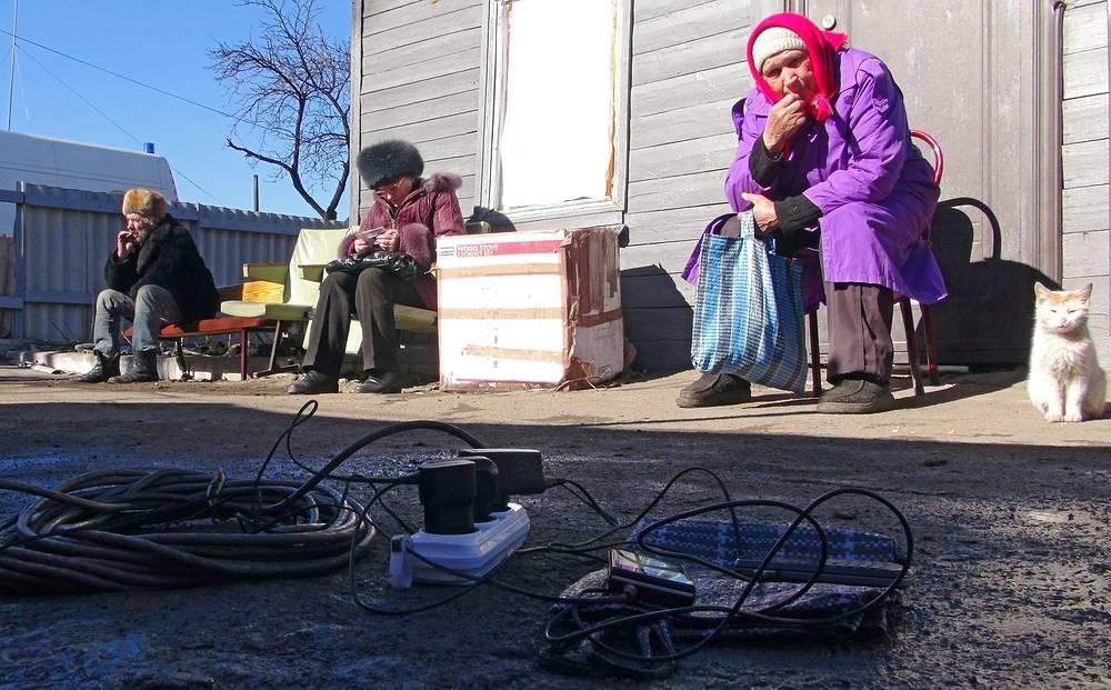 По словам градоначальника, в Дебальцеве не работают детские сады, школы и другие учреждения. На фото: жители Дебальцева на одной из улиц города, 25 февраля 2015 года