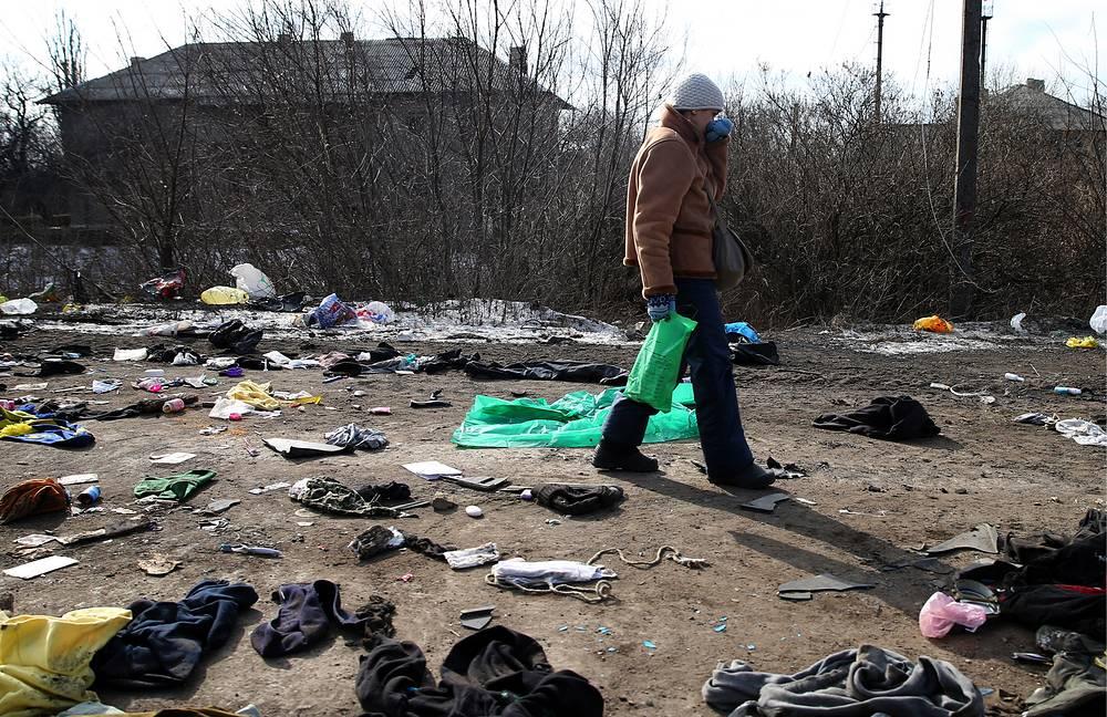 23 февраля Международный комитет Красного Креста (МККК) доставил в Дебальцево продовольствие, товары медицинского назначения и другие предметы первой необходимости. На фото: мирный житель на одной из улиц Дебальцева после отвода украинских военных, 20 февраля 2015 года