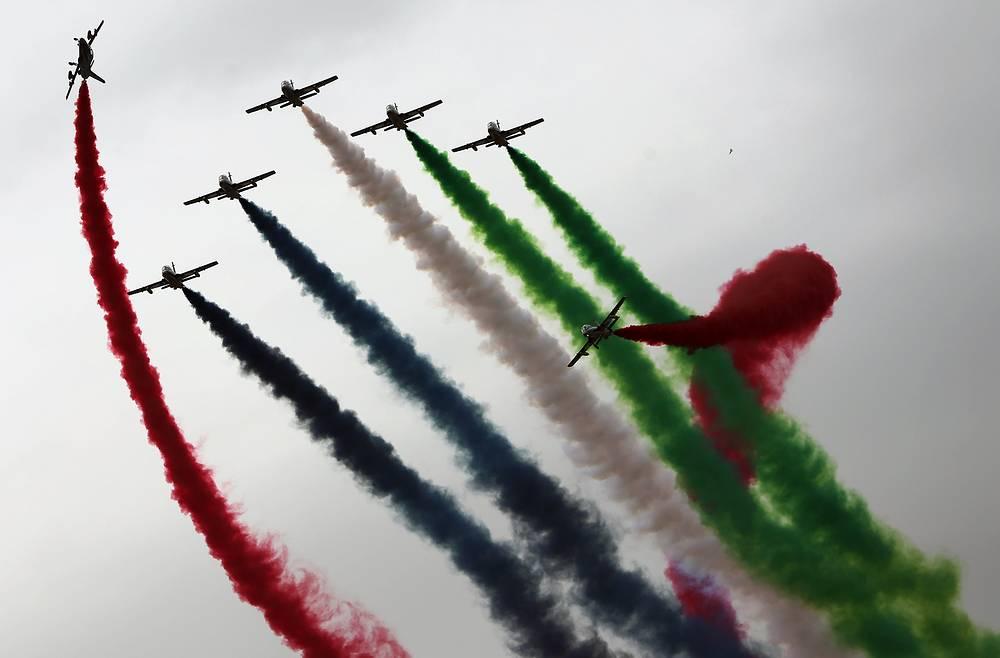 """Выступление пилотажной группы Al Fursan (""""Рыцари"""") ВВС ОАЭ"""
