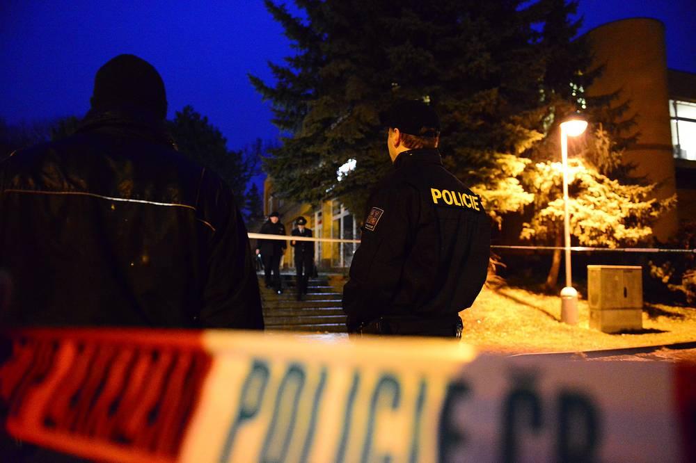 """24 февраля в чешском городке Угерски-Брод вооруженный мужчина открыл стрельбу по посетителям ресторана """"Дружба"""", погибли восемь человек. Нападавший покончил жизнь самоубийством"""