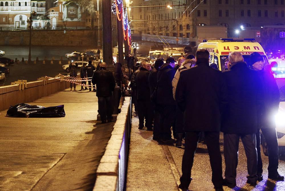 За Борисом Немцовым велась слежка, убийцам был хорошо известен маршрут передвижения, сообщил в субботу ТАСС источник в правоохранительных органах. На фото: место убийства политика