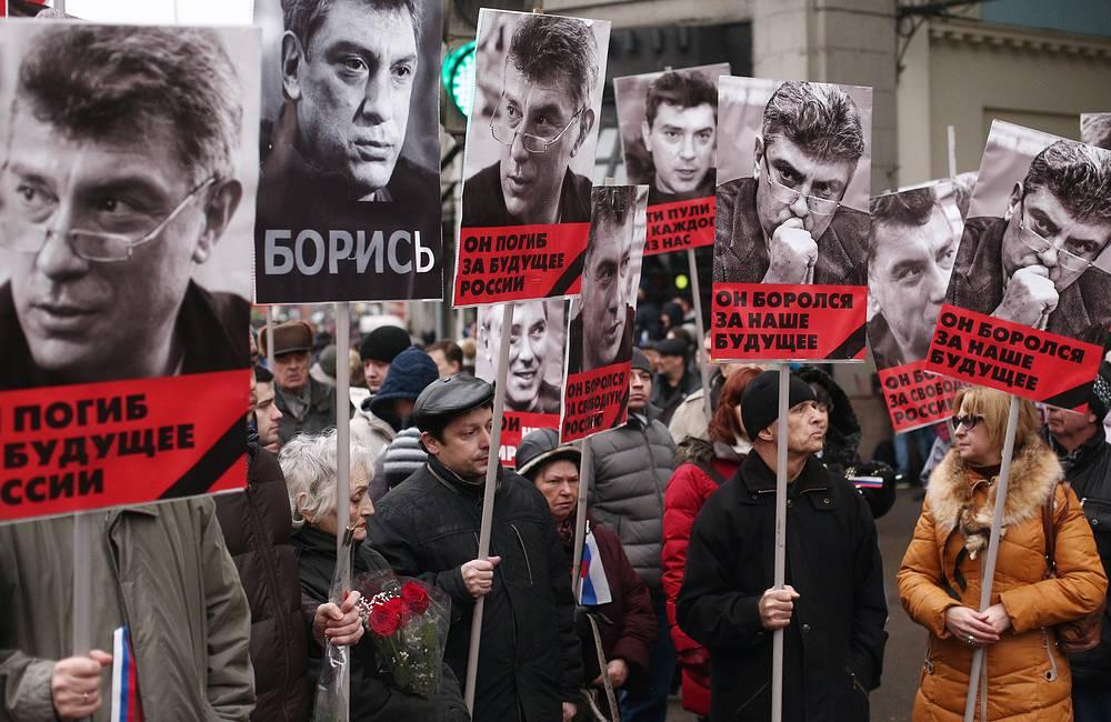 """После завершения речи колонна несколько раз проскандировала: """"Не забудем, не простим"""", а также """"Борис с нами"""""""