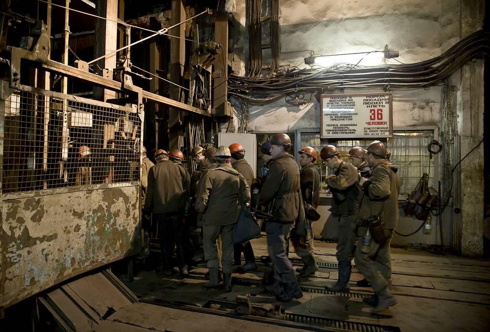 Утром 4 марта на шахте им. Засядько в Донецке произошел взрыв, в этот момент под землей находились 230 горняков. число жертв достигло 34 человек. На фото: шахтеры на территории шахты им. Засядько во время операции по спасению пострадавших