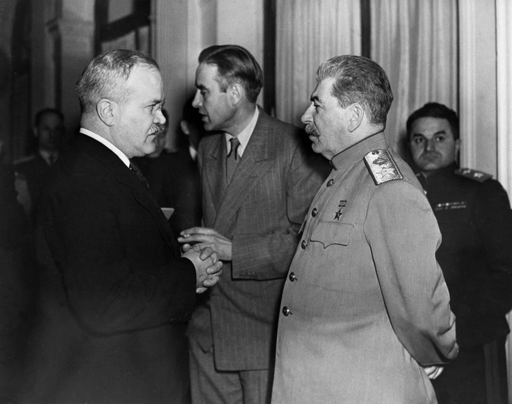 В обязанности Молотова в ходе войны входили переговоры с руководством стран антигитлеровской коалиции, он был членом советских делегаций на Тегеранской (1943), Ялтинской (1945) и Потсдамской (1945) мирных конференциях. На фото: (слева направо) Молотов, посол США в СССР Гарриман и Сталин на Ялтинской конференции. Февраль 1945 г.