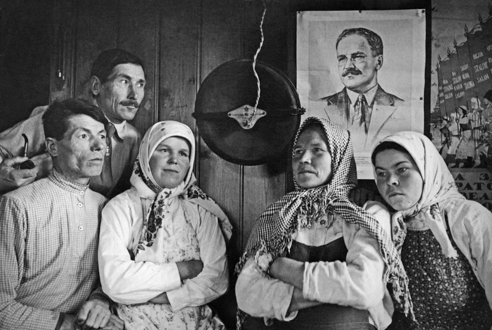 Именно Молотову пришлось сообщать советскому народу о факте нападения гитлеровской Германии на СССР. На фото: колхозники слушают по радио выступление Молотова