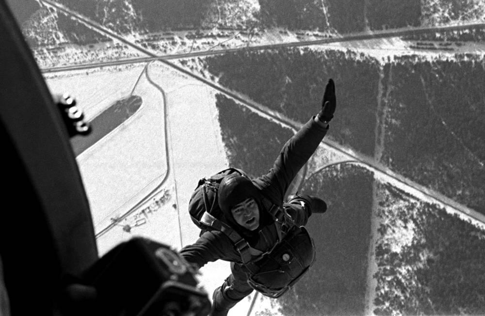 Космонавт Андриян Николаев выполняет очередной прыжок с парашютом, 1968 год