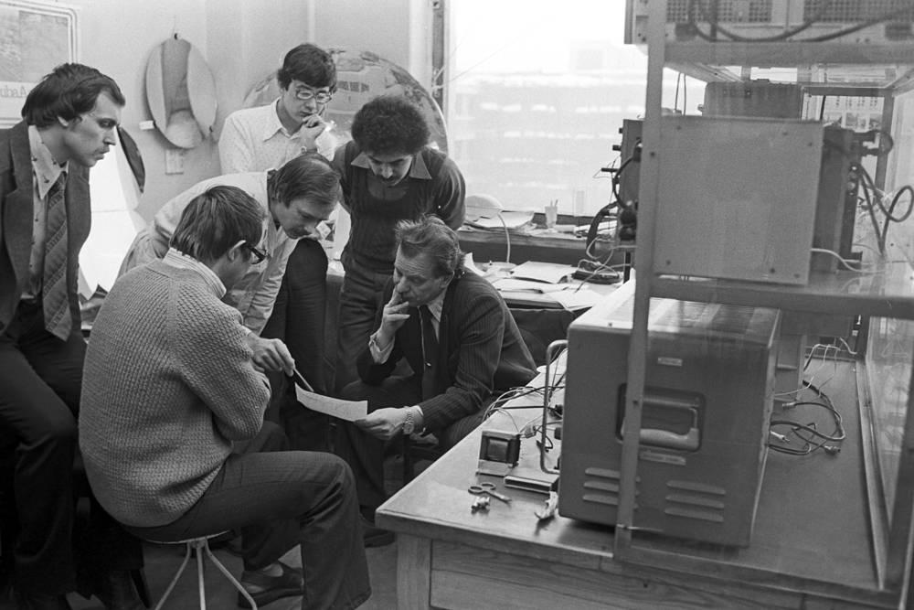 """В 1961 году Жорес Алферов защитил диссертацию на степень кандидата технических наук. В 1970 году ученый защитил докторскую диссертацию на тему """"Гетеропереходы в полупроводниках"""" и получил степень доктора физико-математических наук. На фото: Жорес Алферов (справа) среди сотрудников лаборатории, 1984 год"""