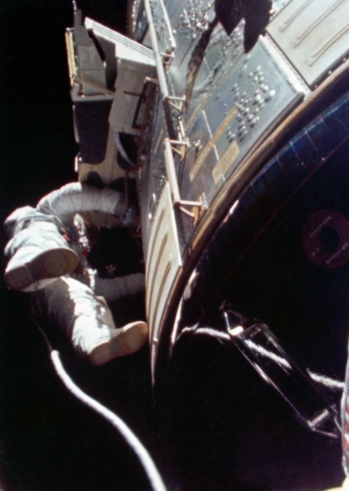 """Астронавт NASA Альфред Уорден стал первым человеком, вышедшим в открытый космос в межпланетном пространстве. Во время возвращения с Луны космического корабля """"Аполлон-15"""" в 1971 году, Уорден выходил, чтобы забрать кассеты с отснятой фотопленкой"""
