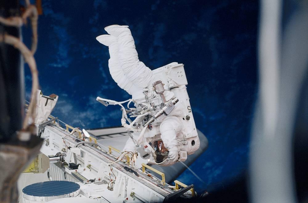 Американская женщина-астронавт Сьюзан Хелмс совершила самый длительный выход в открытый космос. 11 марта 2001 года она работала за бортом МКС в течение 8 часов и 53 минут