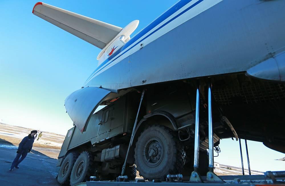 Погрузка санитарной машины в военно-транспортный самолет Ил-76