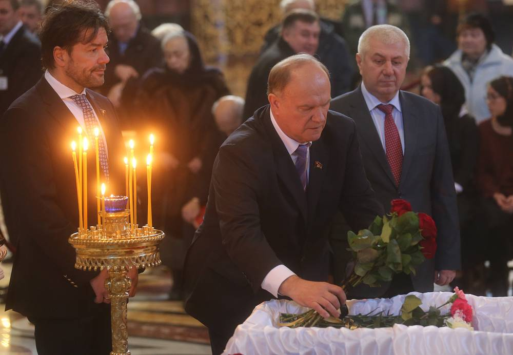 Лидер КПРФ Геннадий Зюганов (в центре)