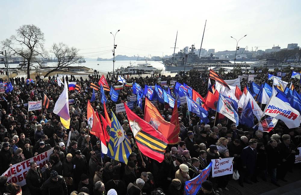 """На митинг во Владивостоке, который прошел в центре города у мемориала """"Боевая Слава Тихоокеанского флота"""", вышли более 10 тыс. человек"""