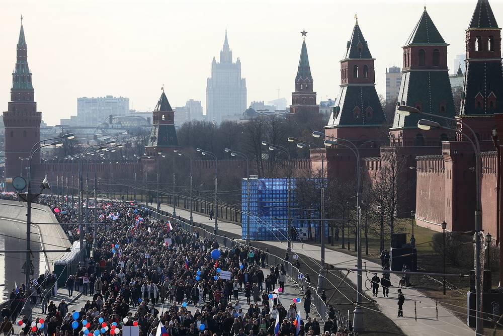 Около 90 тыс. человек собрались в центре Москвы на праздничный митинг-концерт, посвященный годовщине присоединения Крыма к России