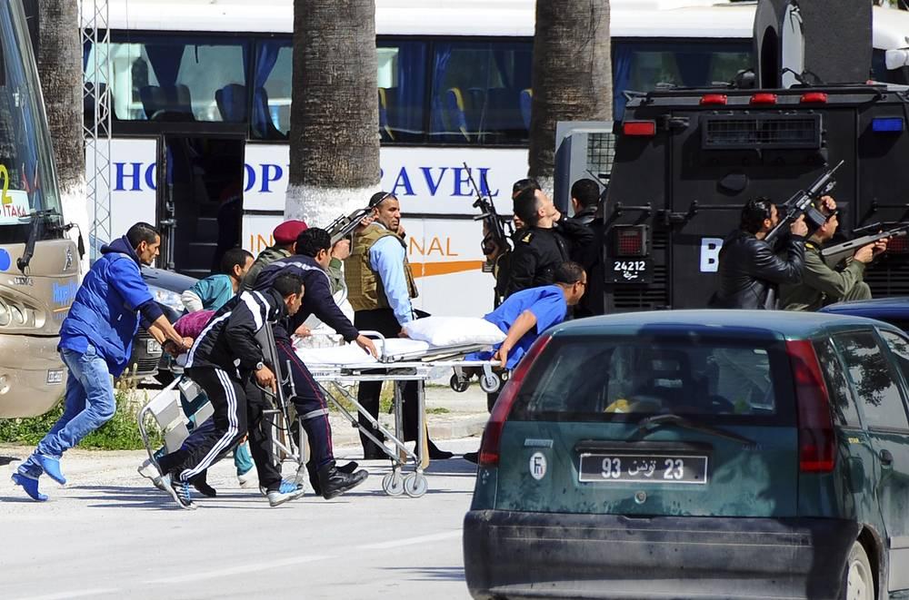 Премьер-министр Туниса созвал срочное совещание с участием министров внутренних дел и обороны, посвященное сложившейся ситуации. На фото: спасатели готовятся к эвакуации пострадавших в ходе атаки