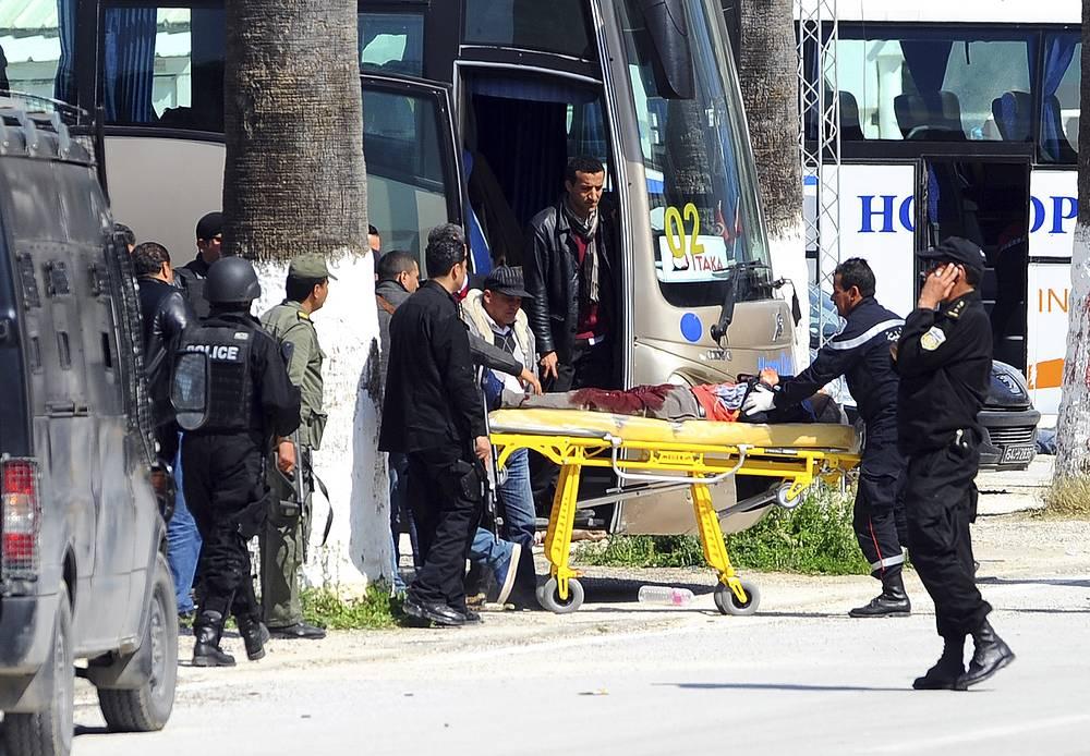 В момент атаки там находилось около 100 посетителей, большинство из которых удалось своевременно эвакуировать. На фото: эвакуация пострадавших в ходе атаки