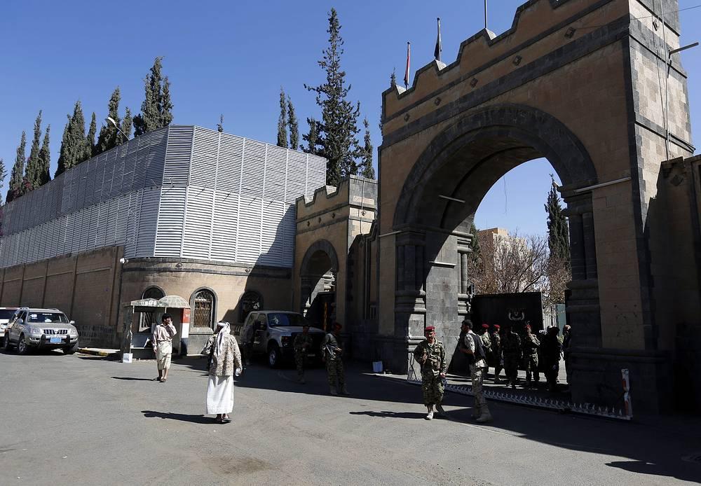 Столица Йемена - Сана - находится под полным контролем хоуситов. На фото: въезд в президентский дворец в Сане