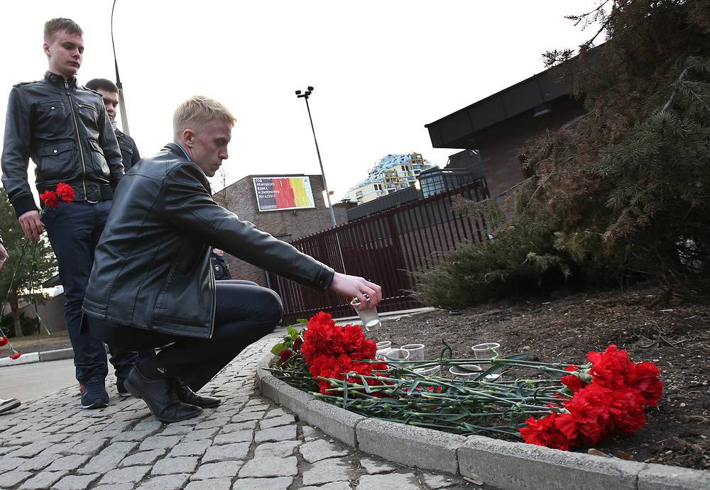 Москвичи возлагают цветы у посольства Германии в память о погибших в авиакатастрофе немецкого самолета Airbus 320 рейса 4U 9525, упавшего на юге Франции 24 марта