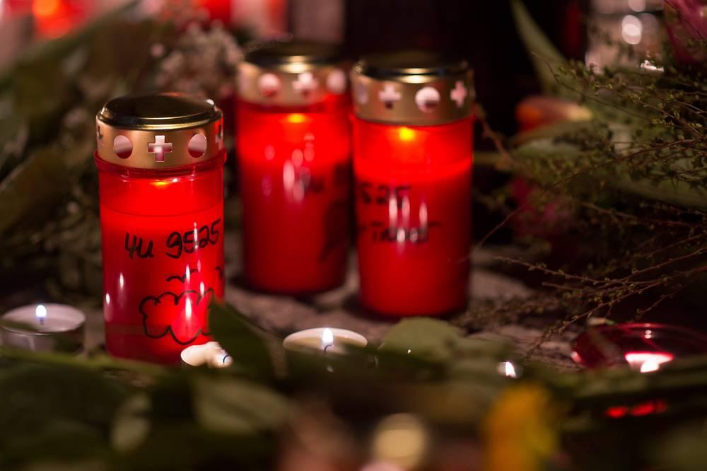 Свеча с номером рейса 4U9525 самолета Airbus A320, упавшего на юге Франции, у здания штаб-квартиры Germanwings в Кельне, Германия