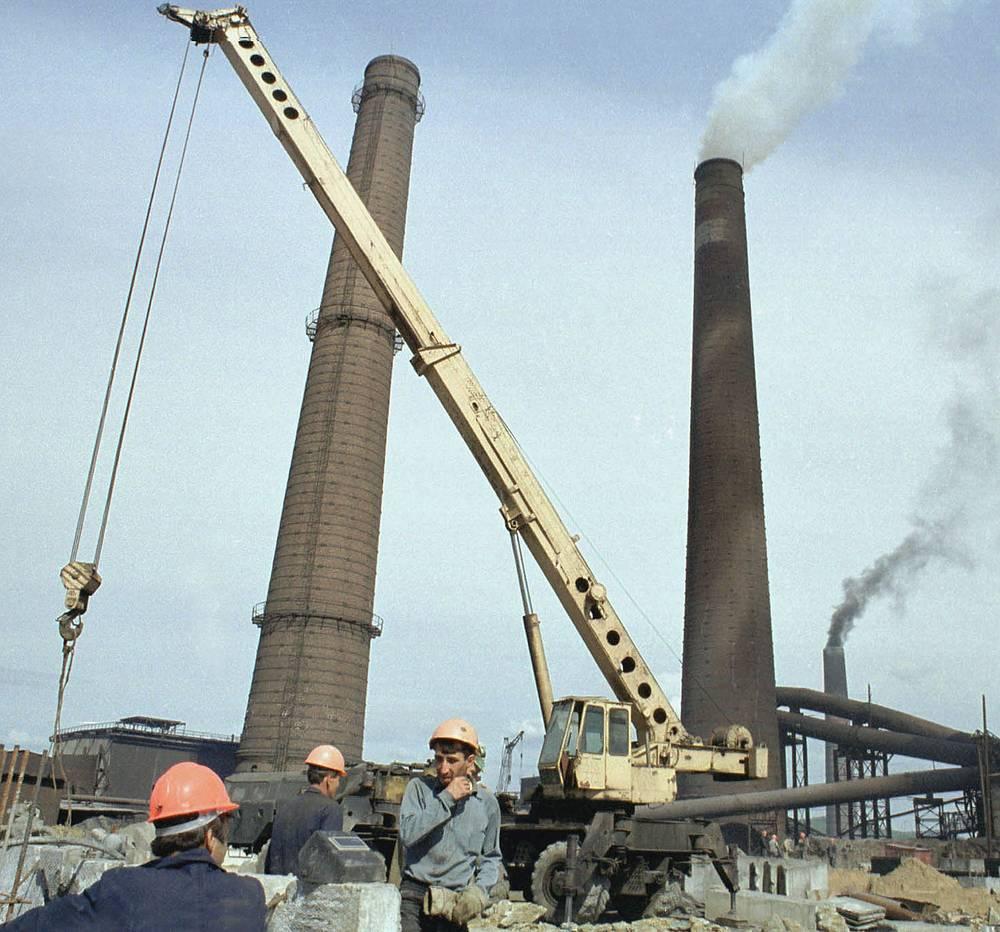 """Строительство установки по улавливанию выбрасываемого в атмосферу ядовитого вещества ангидрида и переработке его в серную кислоту на комбинате """"Карабашмедь"""". 2001 год"""