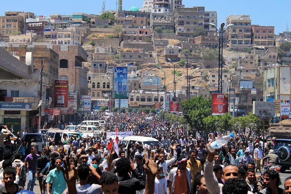 """Лояльные движению """"Ансар Аллах"""" силы 25 марта начали штурм города Аден. Наступление началось с захвата авиабазы """"Эль-Анад"""", расположенной в 60 км к северу от города-порта, после чего они выдвинулись в направлении самого Адена. В некоторых районах города начались бои. Хоуситы, в частности, наносили удары с воздуха. На фото: акции протеста против захвата хоуситами Таиза, 25 марта"""