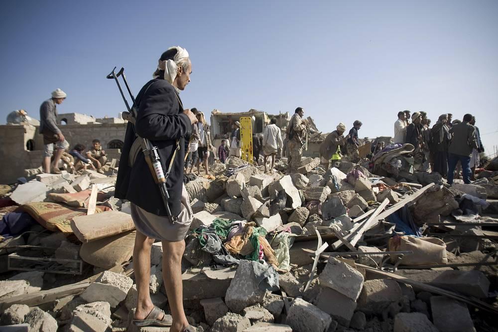 В Сане удары были произведены по авиабазе, расположенной рядом с международным аэропортом города. Там была уничтожена батарея противовоздушной обороны, несколько боевых самолетов и совместный оперативный штаб мятежников. На фото: последствия авиаударов рядом с аэропортом Саны, 26 марта