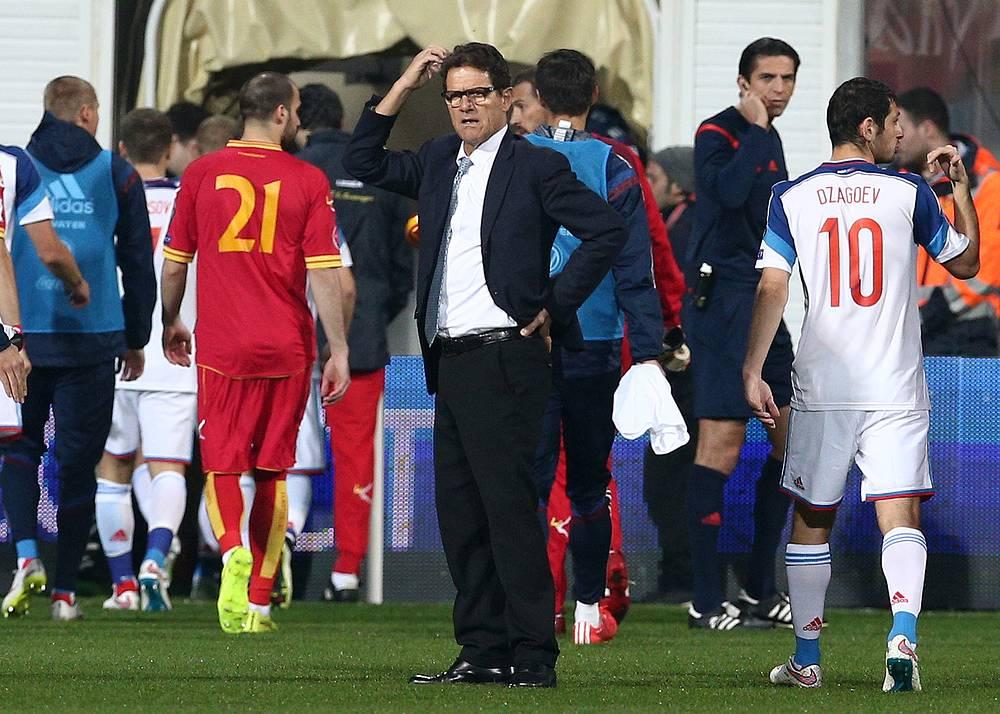 Матч был прерван, команды ушли с поля. На фото: главный тренер сборной России Фабио Капелло (в центре)