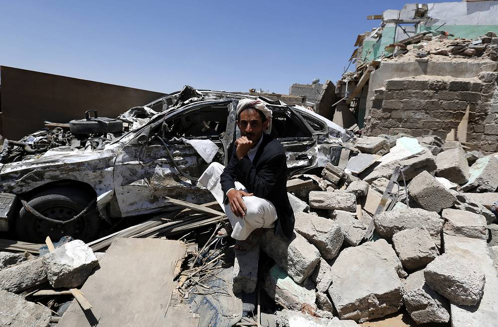 По информации МВД Йемена, авиация сил коалиции продолжает наносить удары по военным базам и жизненно важным объектам в столице Сане и других регионах страны. На фото: последствия авиаударов в Сане, 29 марта