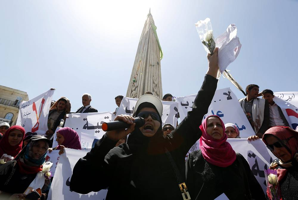 По данным МВД Йемена, 29 марта в результате авианалетов погибли 13 военнослужащих и мирных жителей, свыше 70 получили ранения. Среди пострадавших есть одна женщина и 10-летняя девочка. На фото: протесты против авиаударов Саудовской Аравии, Сана, 29 марта