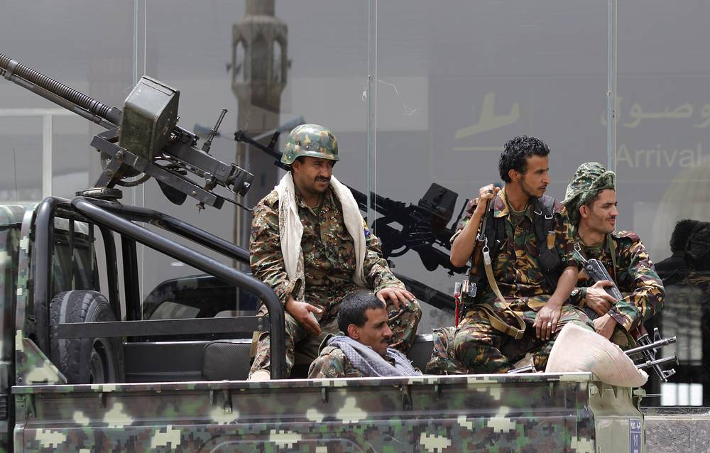 """В свою очередь представитель совместного командования """"Бурей решимости"""" генерал Ахмед Асири заявил, что операция будет продолжаться до достижения провозглашенной цели - восстановления власти законного правительства в Йемене во главе с президентом Абд Раббо Мансуром Хади. На фото: шиитские мятежники контролируют международный аэропорт Саны, 28 марта"""