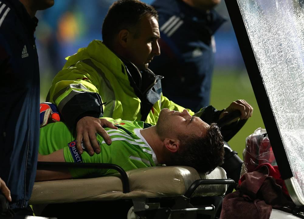 У Вратаря сборной России Игоря Акинфеева после попадания файера, брошенного черногорским болельщиком, были диагностированы сотрясение мозга и ожог. Он должен вернуться к тренировкам во вторник