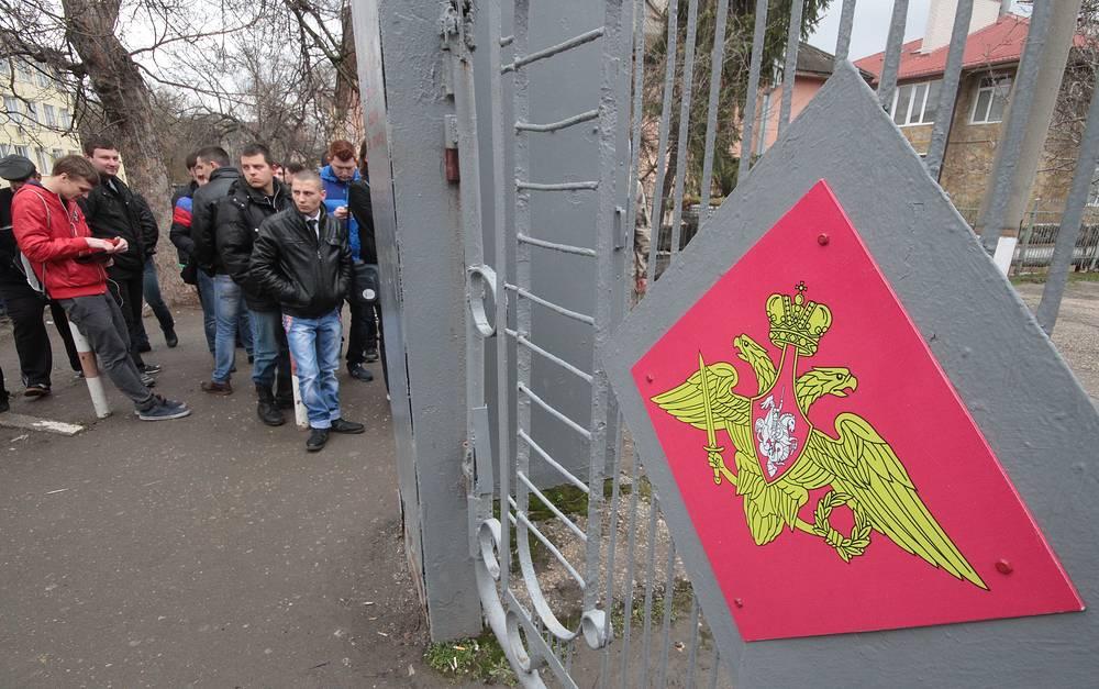 1 апреля в Крыму начался весенний призыв в армию. На фото: призывники у здания военкомата в Симферополе
