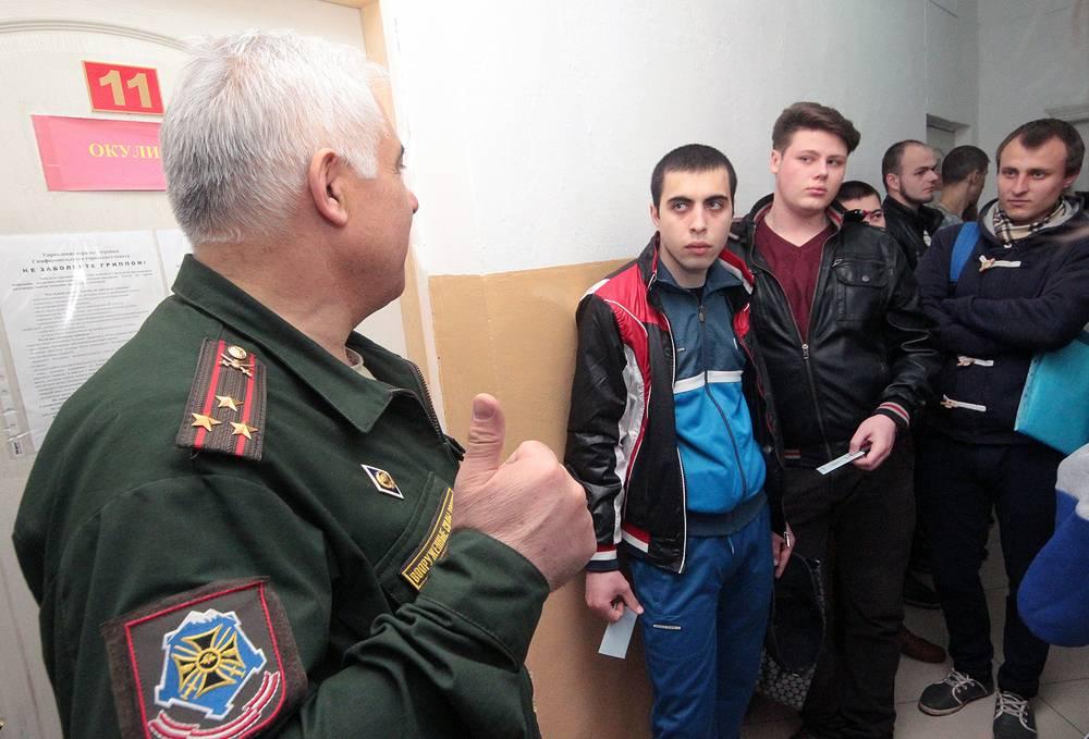 С апреля по июль в войска отправятся служить около 500 жителей Крыма и Севастополя. На фото: призывники перед прохождением медицинского осмотра в военкомате в Симферополе