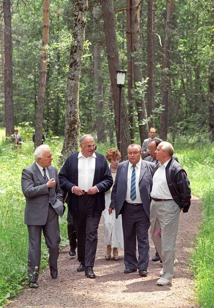 Президент СССР Михаил Горбачев (справа) и канцлер ФРГ Гельмут Коль (второй слева) во время прогулки перед началом переговоров, Архыз, 16 июля 1990 года