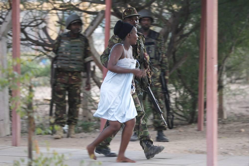 Глава МВД Кении Джозеф Нкаиссери назначил вознаграждение в 55 тысяч долларов за информацию, способствующую поимке подозреваемого в организации нападения на университет. На фото: спецоперация кенийских вооруженных сил по освобождению заложников в Гариссе